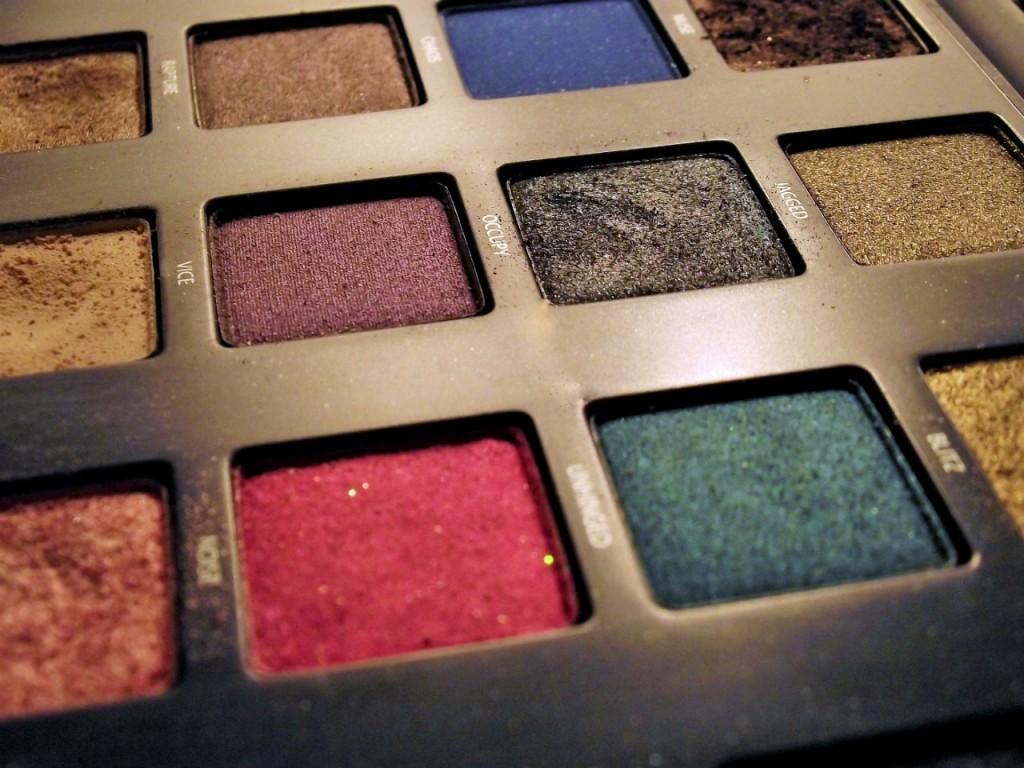 La palette de maquillage d'Urban Decay, a des couleurs très pigmentées et faciles à travailler